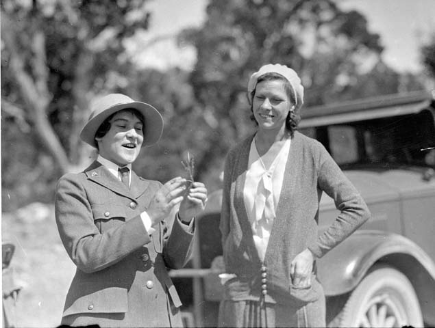 Pauline (Polly) Patraw, the first female ranger naturalist at the Grand Canyon, talks with visitors in 1931. Credit: National Park Service